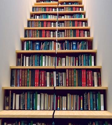 """Thật không dễ để """"lục"""" được sách ở đây đâu.Nếu thực sự có một kệ sách vừa nhiều, vừa cao như thế này, bạn hẳn phải mất hàng giờ đồng hồ để tìm ra tựa sáchmà mình mong muốn."""