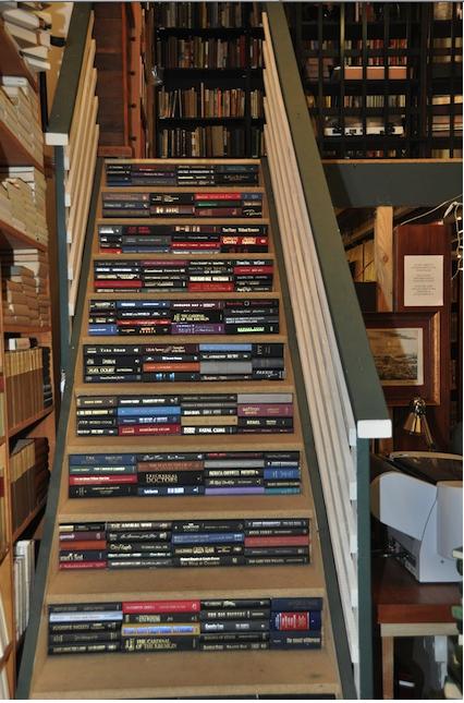 Sách khắp mọi nơi, sách có mặtngaycảtrongnhững ngóc ngách nhỏ nhất. Đây là một kiểu thiết kế cầu thang tại thư viện nhằm thể hiện tinh thần sách là hơi thở, sách là tất cả, là nguồn tri thức tối cao của con người.