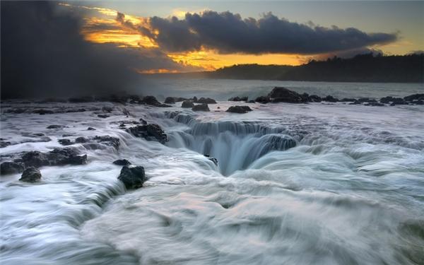"""Kauai là một hòn đảo nằm giữa Thái Bình Dương, thuộc quần đảo Hawaii. Đảo nàycó biệt danh là """"the Garden Isle"""" nhờ những rừng mưanhiệt đới bao phủ phần lớn bề mặt.Các vách đá ấn tượng và tháp nhọn của Pali Nađã từng là bối cảnhcho bộ phim lớn của Hollywood. Song sự hấp dẫn tuyệt vời nhất nơi đây lại là những con thác tại Kauai,được ví nhưmột dòng suối sôi rung động mềm mạitrượt xuống chiếc hố ma thuật!"""