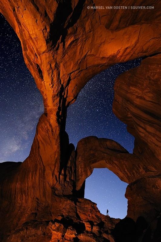 Vườn Quốc gia các vòm đáArches nằm gần Moab, Utah, Mỹ. Nơi đây còn bảo tồn hơn 2.000 vòm sa thạch tự nhiên, bao gồm vòm Delicate Arch nổi tiếng thế giới, cùng với một loạt các tài nguyên và kiến tạo địa líđộc đáo. Với tầm nhìn ngoạn mục qua những mái vòm vàng xếp lớp,cả thiên đường như hiện ra trước mắt bạn.