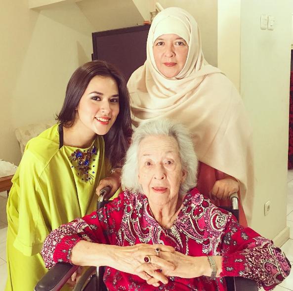 Cô gái chụp ảnh cùng bà của mình.