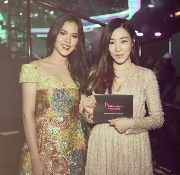 Raisa và Tiffany (SNSD) trong một sự kiện quốc tế.