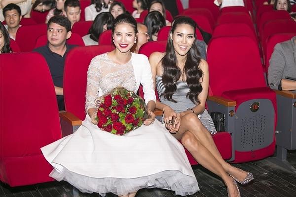 Đồng thời trên trang cá nhân, cả Phạm Hương và Lan Khuê đều đăng tải những hình ảnh thân thiết khi tham dự show diễn Love Songs của Hồ Ngọc Hà tại Hà Nội nhằm xóa tan tin đồn mâu thuẫn bấy lâu.
