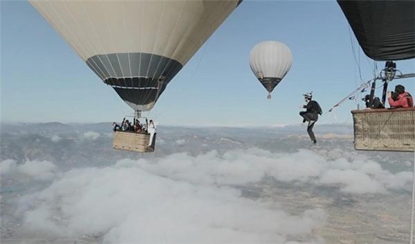 Một nhóm những người Pháp liều lĩnh thực hiện màn đi dây giữa hai khinh khí cầu. Tuy nhiên không một ai có thể hoàn thành màn mạo hiểm thót tim này.