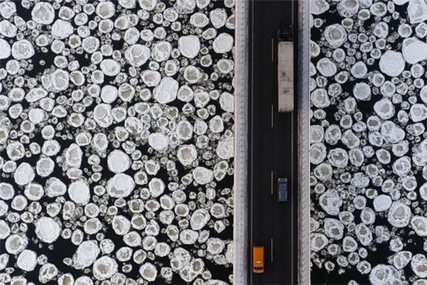 Ảnh chụp từ trên không mặt sông đóng băng tại Ba Lan
