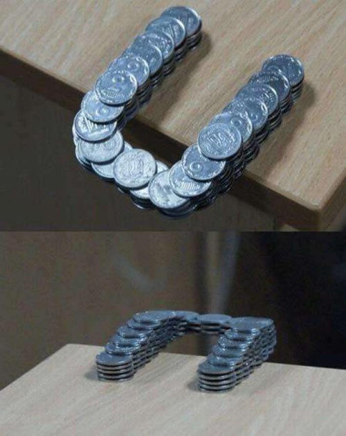 Những đồng tiền được sắp xếp hết sức khéo léo khiến chúng kéo dài ra khỏi mép bàn mà không hề bị rơi.