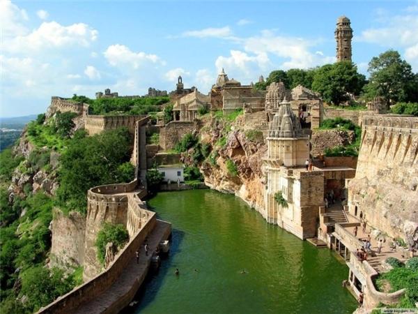 Chittaurgarh được xem nhưhình ảnh thu nhỏ của niềm tự hào, sự lãng mạn và tinh thần Rajput.Chittaurgarh Fort là một pháo đài lớn và hùng vĩ nằm trên đỉnh đồi gần thị trấn Chittaurgarh ở bang Rajasthan,Ấn Độ.Bên cạnh đó,Chittaurgarh Fort cònlà kho tàng lịch sử cung cấp cho du khách một cái nhìn sâu sắc vềcuộc sống của những người cai trị vĩ đại Rajput.