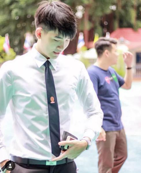 Dù ở trong hay ngoài khuôn viên trường, các nam sinh vẫn luôn giữ trang phục chỉnh tề nhất có thể. (Ảnh: Internet)