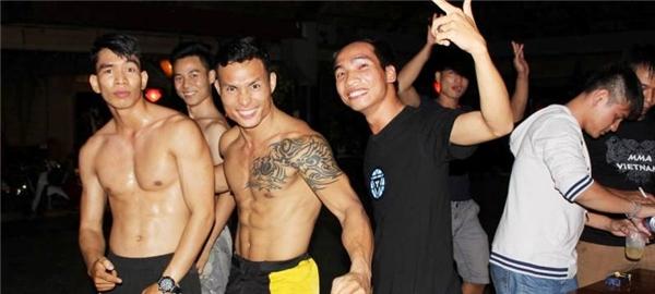 Chiến thắng 2 trận liên tục đưaTrần Quang Lộc trở thành nhàvô địch hạng lông nghiệp dư giải Warriors FC.