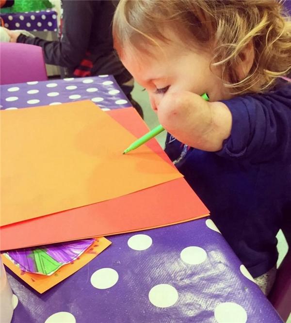 Vẽ tranh là một trong những sở thích của bé con này. (Ảnh Internet)