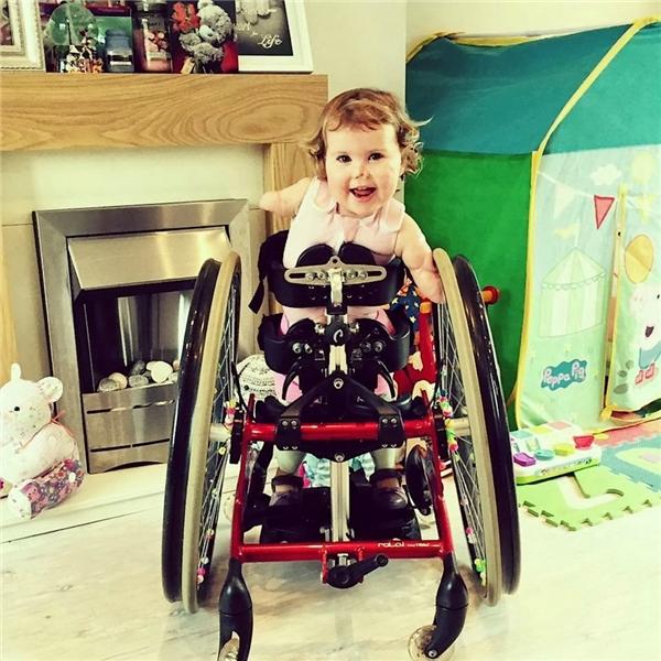 Tháng 11 vừa rồi, bé được trang bị cho thiết bị di chuyển có gắn bánh xe.(Ảnh Internet)
