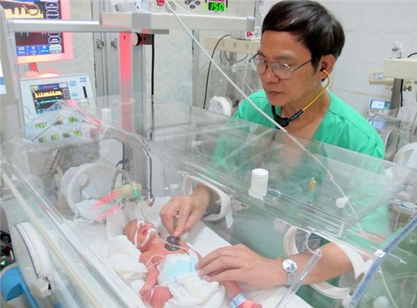 Hình ảnh béGấuđang được bác sĩ thăm khám trong bệnh viện. (Ảnh: Internet)