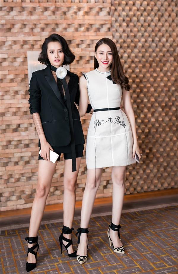 Kim Chi quyến rũ với suit xẻ ngực sâu hun hút trên nền sắc đen quyền lực, mạnh mẽ.