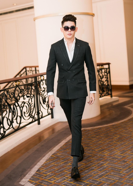 Đồng hành cùng Lê Hà và Kim Chi là siêu mẫu Minh Trung.Chàng mẫu trẻ diện vest lịch thiệp, bảnh bao.