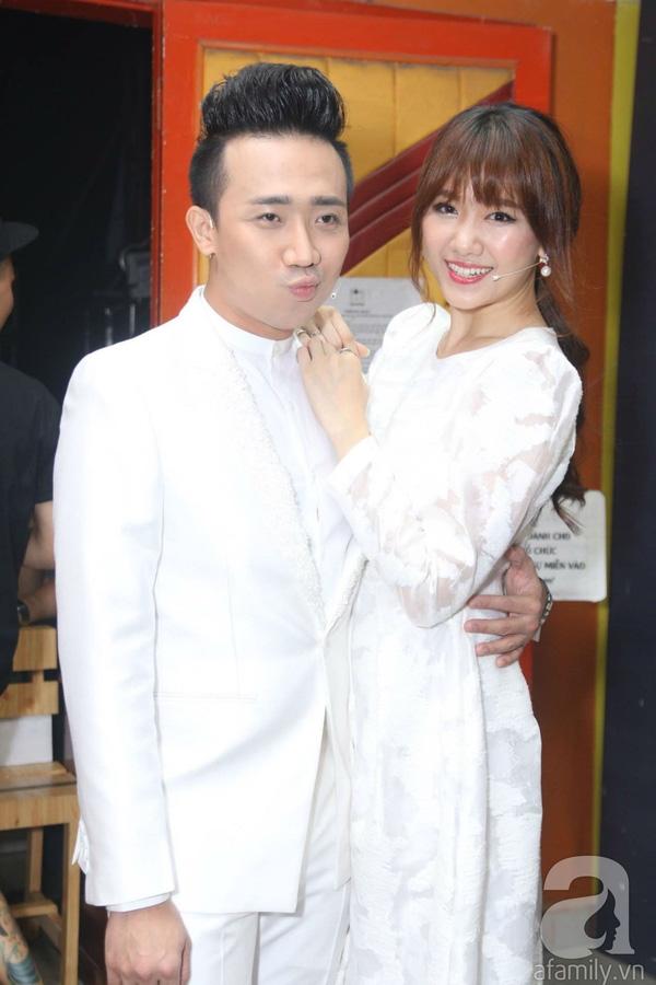 Ngay từ khi xuất hiện, cặp đôi Trấn Thành và Hari Won đã thu hút sự quan tâm của nhiều người. Cả hai dành cho nhau những hành động âu yếm, thân mật từ hậu trường ra đến sân khấu. (Ảnh: Afamily.vn) - Tin sao Viet - Tin tuc sao Viet - Scandal sao Viet - Tin tuc cua Sao - Tin cua Sao