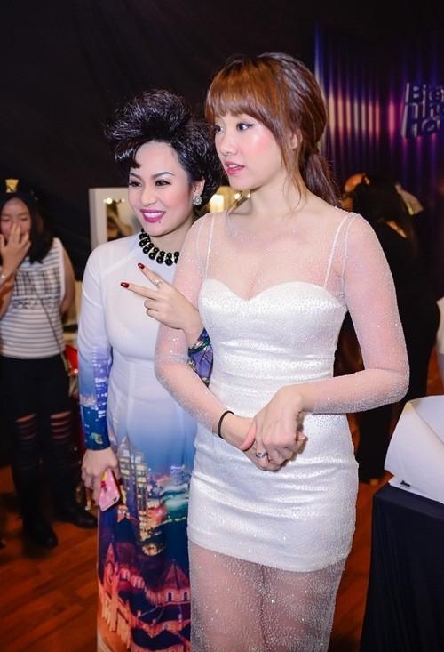 Tuy nhiên những lúc chụp ảnh, nữ ca sĩ vẫn dùng tay che vòng 2 của mình. - Tin sao Viet - Tin tuc sao Viet - Scandal sao Viet - Tin tuc cua Sao - Tin cua Sao