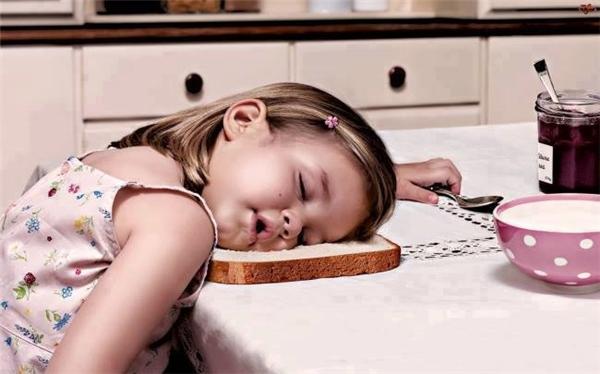 Không phải con dễ ngủ đâu mà tại đợi mẹ lâu quá đấy.
