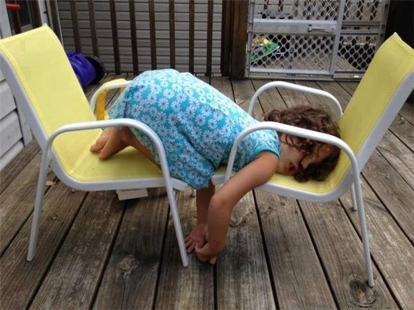Giờ bố bảo con phải nằm làm sao đây? Cái ghế quá ngắn nên con chỉ có thể ngủ với tư thế này thôi.