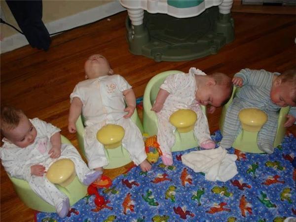 Nè, giờ tụi mình thi nhau ai ngủ trước nha. Tớ đếm đến 3 là bắt đầu. 1... 2... khò khò.