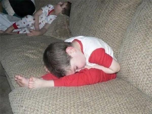 Ngủ thì nằm dài ra ngủ đi, còn làm bộ làm điệu nữa chàng.