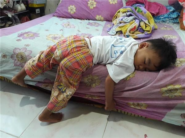 Nhấc thêm 2 cái chân lên giường nữa thôi là ngủ được rồi. Cơ mà để sau vậy... khò khò khò...