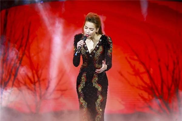 Show diễn Love Songs của Hồ Ngọc Hà tại thủ đô Hà Nội không chỉ là thế giới của âm nhạc mà còn là sự thăng hoa của thời trang. Xứng danh nữ hoàng giải trí, hình ảnh của Hồ Ngọc Hà trên sân khấu khiến khán giả khó thể rời mắt với loạt váy áo được đầu tư công phu. Trong 6 thiết kế mà cô diện, bộ váy đuôi cá tái hiện hình ảnh chú công rực rỡ sắc màu và thiết kế trên nền đen kết hợp họa tiết màu vàng đỏ nổi bật được xem là xuất sắc nhất.