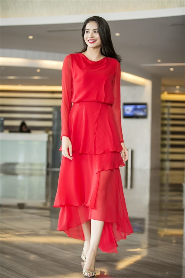 Trong một sự kiện vào buổi sáng, Phạm Hương lại xuất hiện vô cùng thu hút với thiết kế kín đáo, thanh lịch có tông màu đỏ rực của Lê Thanh Hòa.