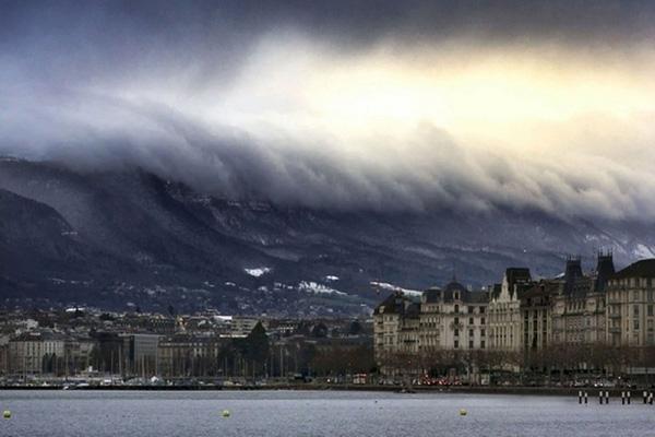 Những đám mây có hình sóng thần ở Geneva, Thụy Sĩ.