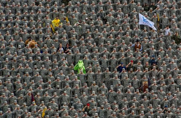 Cảnh chào cờ và hát Quốc ca trước trận bóng tại một trường đại học ở Mỹ. Bạn có thể thấy đượcmọi thứ đều tăm tắp đúng không?