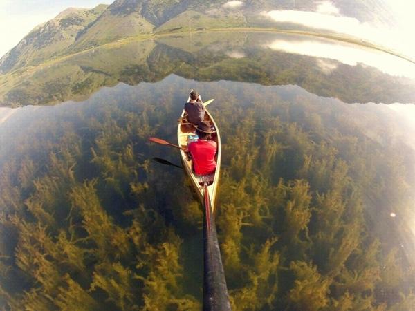 Hồ Lago del Matese ở Caserta, Ý.Nước trong vắt nhìn rõ cả rừng thực vật mọc dưới đáy, cảm giác như thể con thuyền đang trôi bồng bềnh trên một rừng cây.