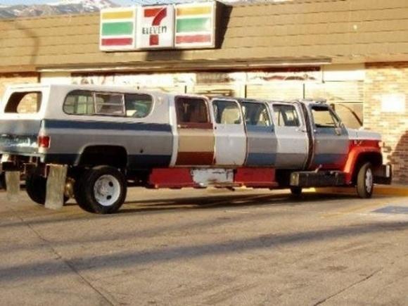 Trông chiếc xe chẳng khác gì các toa tàu lửa.
