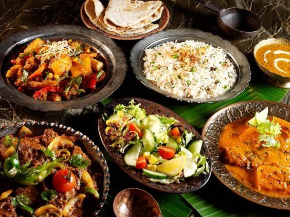 Một bữa ăn của ngườiẤn Độ gồm Biryani, cà ri khoai tây, chapathi và thịtgà.