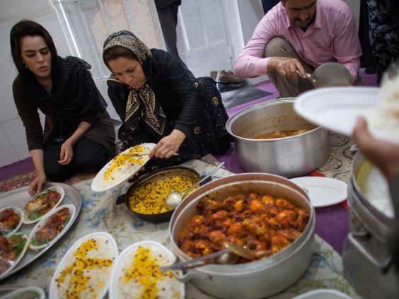 Các thành viên trong gia đình người Iran đang cùng nhauchuẩn bị bữa tối.
