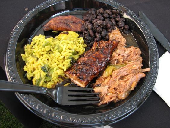 Cơmlà thực phẩm chínhở Jamaica vàthường được phục vụ với đậu Hà Lan.