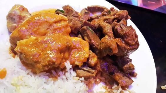 Một đĩa cơm trắng, thịt gà nướng và thịt bò xào cho bữa tối của ngườiNigeria.