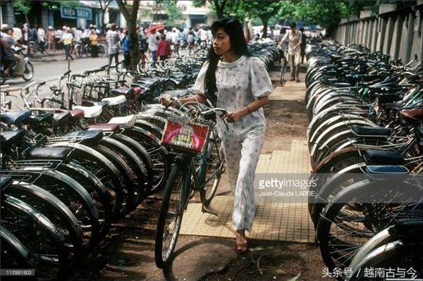 Có ai còn thấy cảnh tượng xe đạp xếp hàng dài như thế này trên đường phố không?