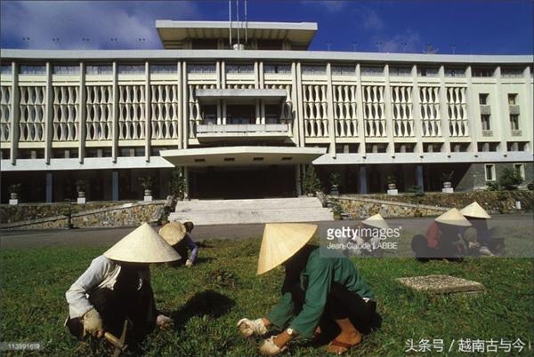 Ngày trước, khi lao động, người Sài Gòn vẫn hay đội nón lá như một thói quen hàng ngày.