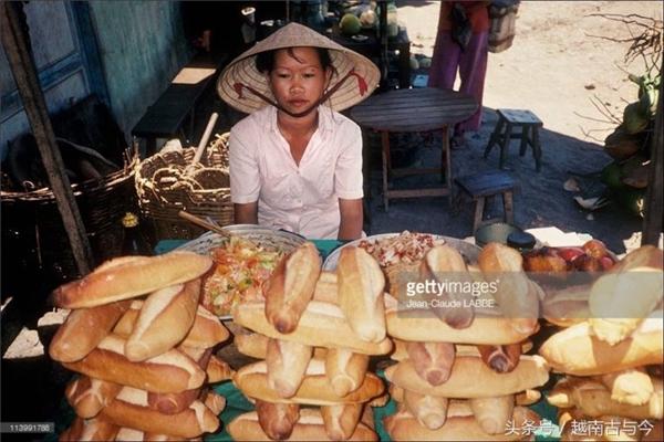 Ngay cả bánh mì cũng được xếp thật đẹp mắt để khách hàng chú ý.