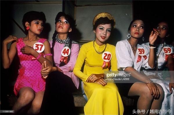 Những thí sinh nữ xinh đẹp đang ngồi chờ trong một cuộc thi hát.