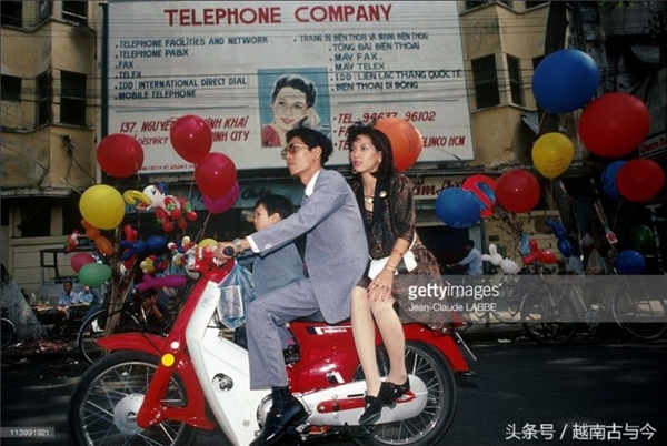 Một biển quảng cáo song ngữ Anh - Việt của cửa hàng điện thoại.