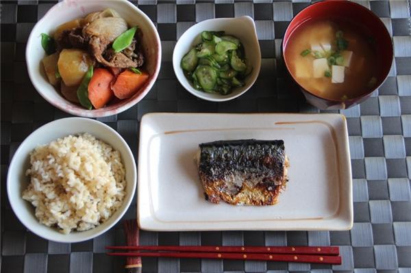 Bữa ăn tối của ngườiNhật thườngbao gồm một tôsúp và ba món ăn cùng với cơm.