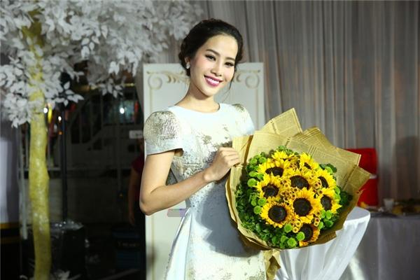 Đại diện Việt Nam tham dự cuộc thi Hoa hậu Trái Đất 2016 - Hoa khôi Nam Em đến chung vui cùng các đồng nghiệp.