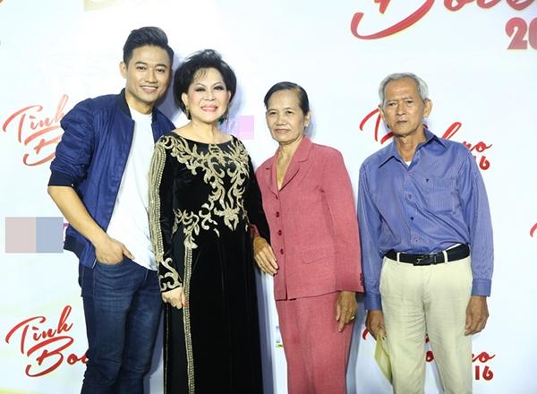 Bố mẹ Quý Bình cũng đến cổ vũ cho con trai trong đêm thi quan trọng này.