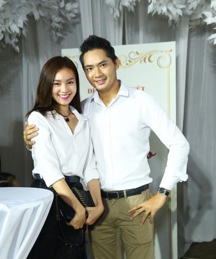 """""""Nàng Cám"""" thân mật bên nam diễn viên điển trai Minh Luân khiến người hâm mộ đặt nghi vấn về sự phát triển trong chuyện tình cảm của cặp đôi."""