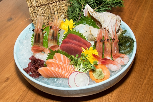 Nguyên liệu làm nên món sashimi được nhà hàng này nhập khẩu trực tiếp từ Nhật Bản.Nơi đây cũng nổi tiếng với những món được làm nên từ thịt bò wagyu.
