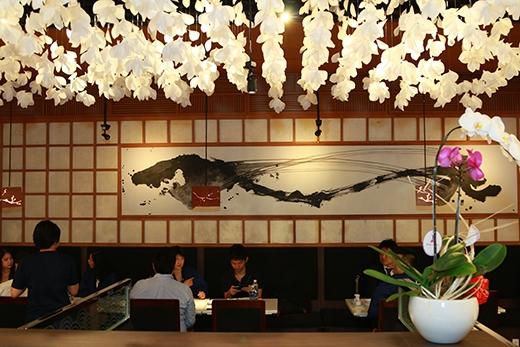Đặc biệt, không gian ẩm thực sang trọng nhưng vẫn mang phong cách truyền thống Nhật Bản chắc chắn sẽ khiến bất cứ vị khách nàobước chân đến cũng cảm thấy xiêu lòng.
