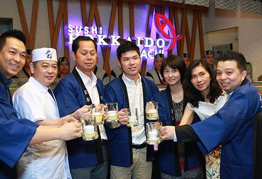 Mọi người chúc mừng chi nhánh thứ 4 của chuỗi nhà hàng Sushi Hokkaido Sachi tại TPHCM được khai trương.