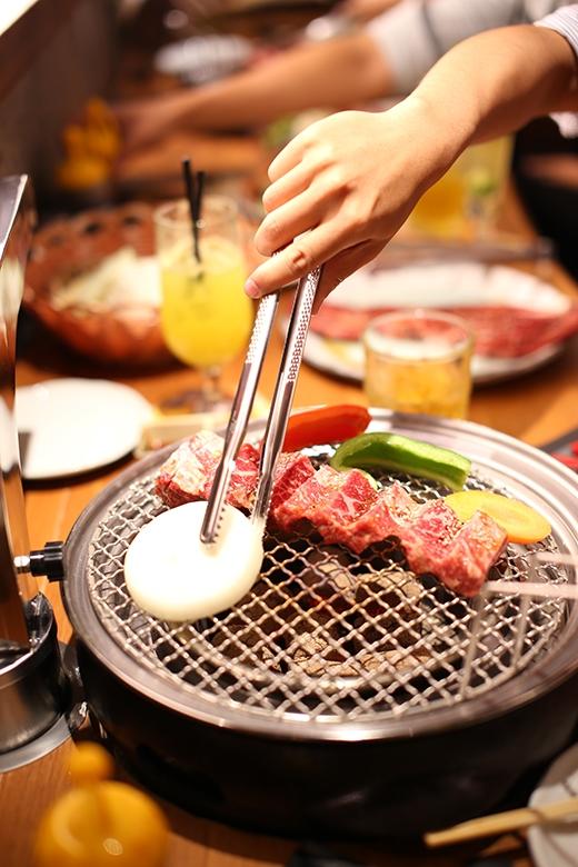 """Nơi đây có loại thịt bò wagyu hảo hạng được lấy từ những con bò """"ăn cỏ non, nghe nhạc giao hưởng"""" sinh ra ở Hokkaido và nuôi lớn ở vùng Tokachi mà người ta vẫn thường hay nói đến. Nước sốt cho những món ăn được chính tay các đầu bếp người Nhật đích thânpha chế."""