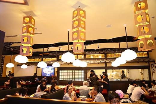 Không gian khu vực này mang đậm phong cách Nhật Bản với đường nét trang trí đơn giản nhưng ấm cúng với tông màu gỗ và những lồng đèn trên trần nhà.