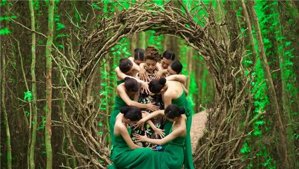 """Âm thanhtrở thành mạch dẫn để kết nối cácphân cảnhtưởng chừng như rời rạc và tạo thành một câu chuyện kể trừu tượng về thân phận """"ba chìm bảy nổi"""" của người phụ nữ, cùngnhững phút thăng trầm đờingười con gái, và đâu đó, khán giảsẽ thấy được vóc dáng cũng nhưhình ảnh của """"bà Chúa thơ Nôm"""" – Hồ Xuân Hương. - Tin sao Viet - Tin tuc sao Viet - Scandal sao Viet - Tin tuc cua Sao - Tin cua Sao"""